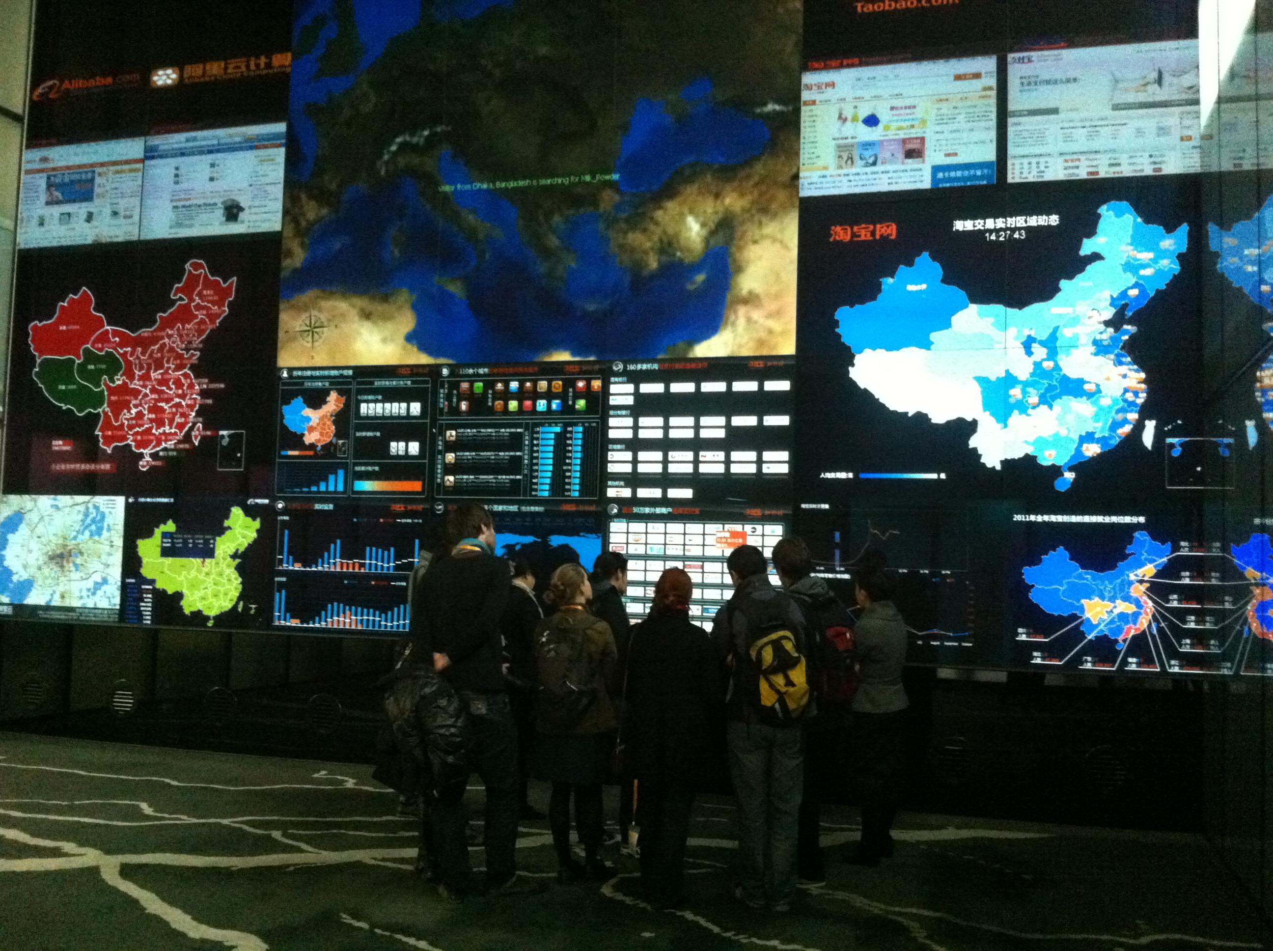 Unsere Medienbotschaftergruppe vor der Datenwand bei Alibaba.com in Hangzhou