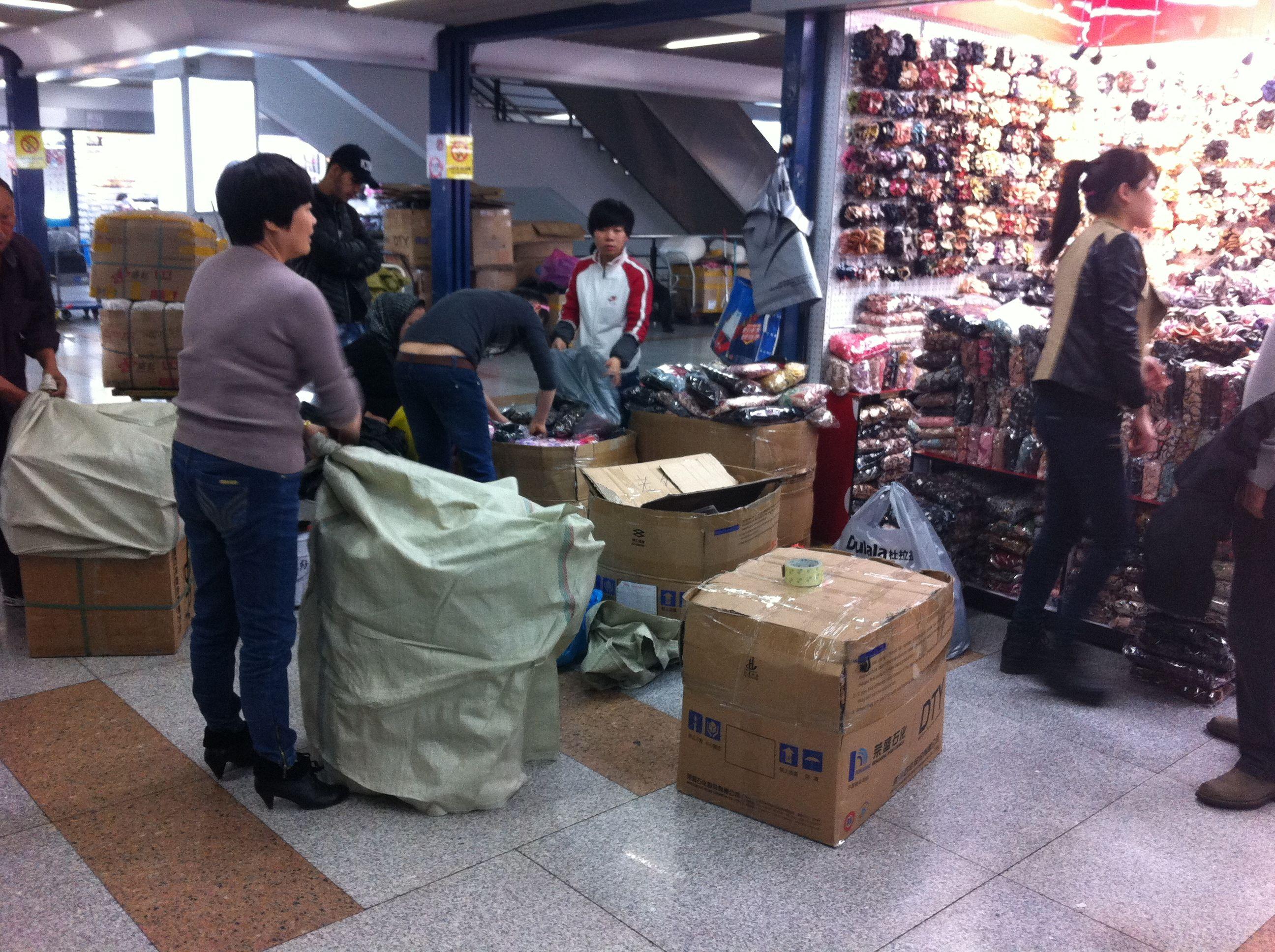 Händler verstauen ihre Waren auf dem Markt in Yiwu