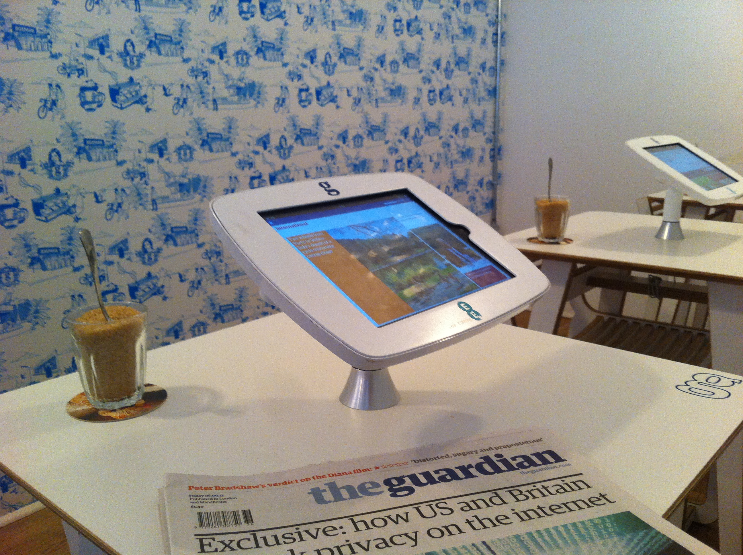 Fest montierte iPads und Guardian-Tapete bei #guardiancoffee in London.