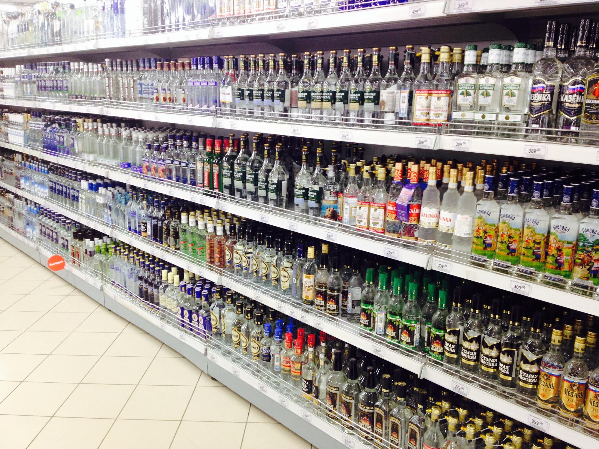 Das Wodka-Regal eines mittelgroßen Supermarktes