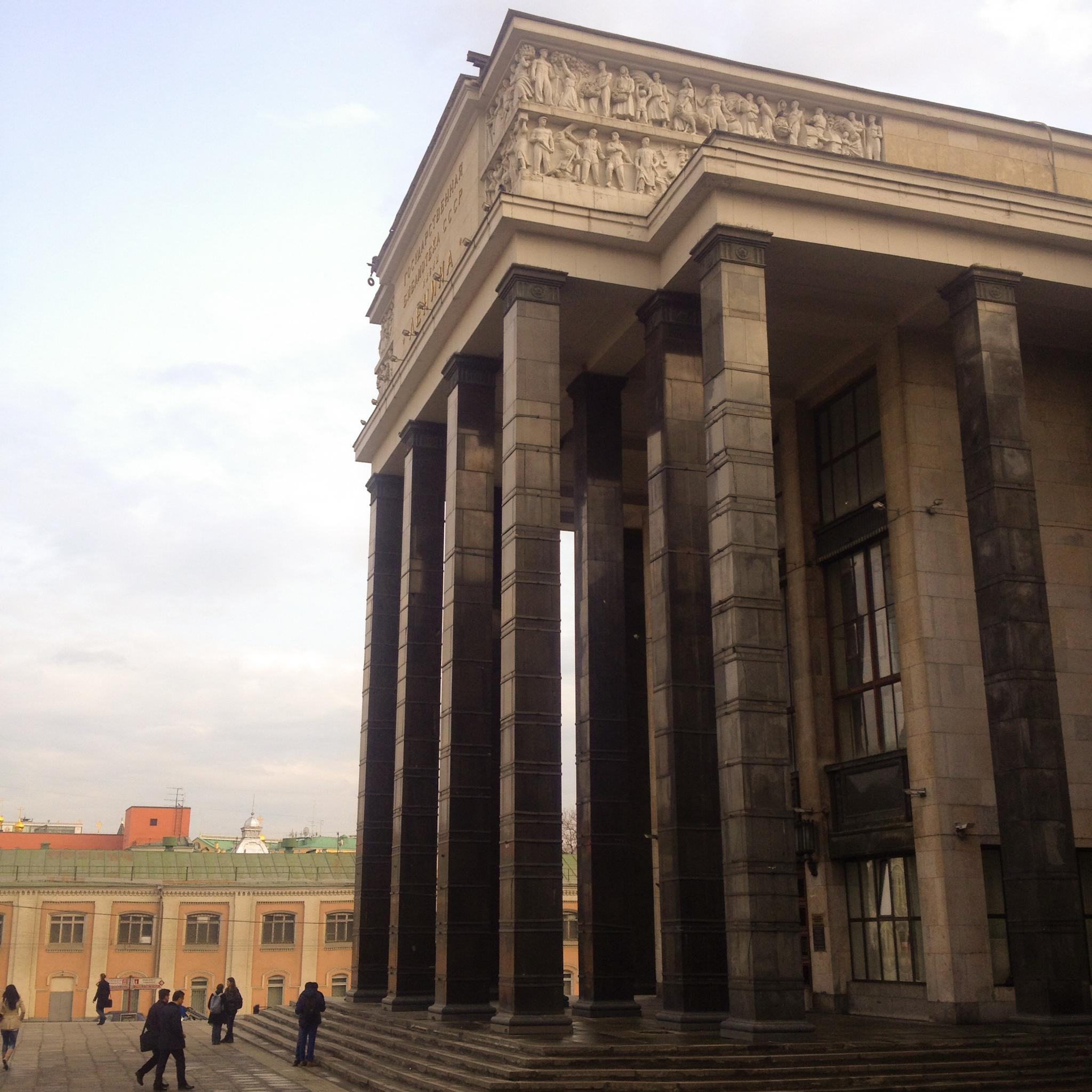 Der Haupteingang zur Bibliothek