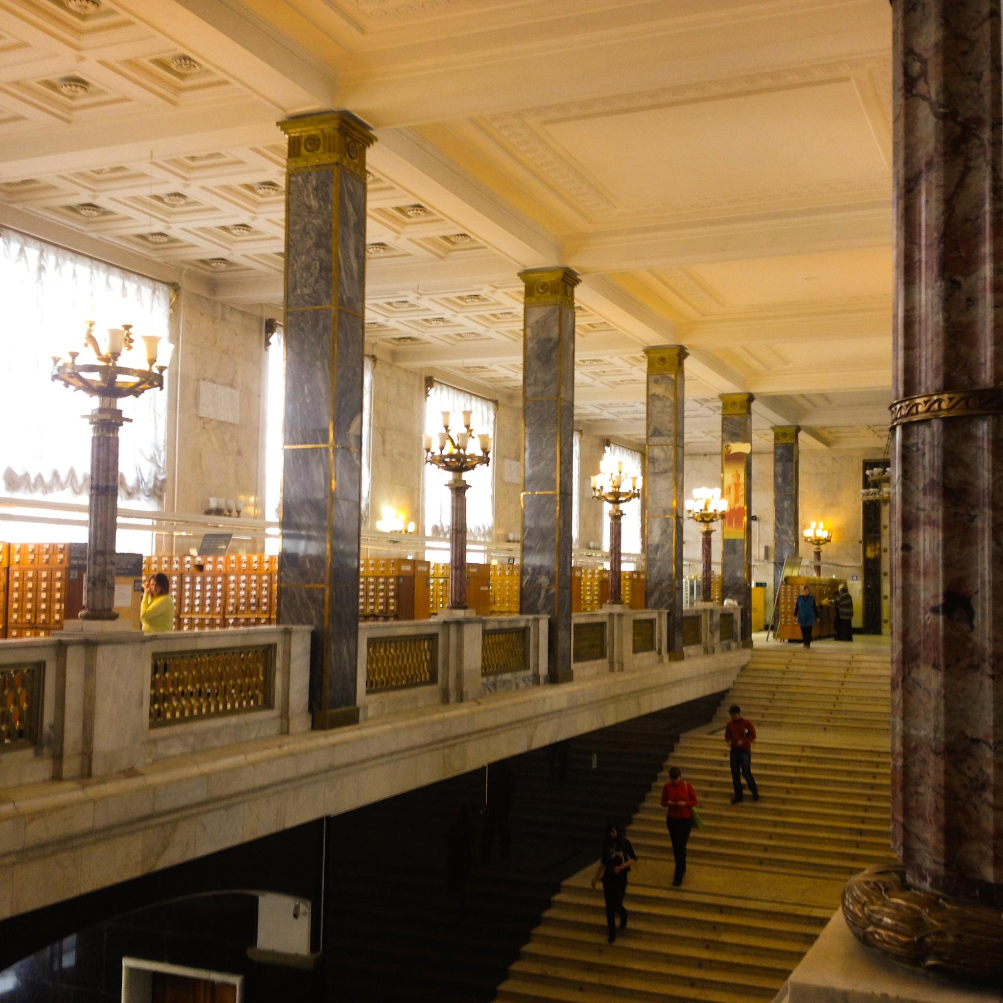 Die Eingangshalle mit Säulen und Laternen