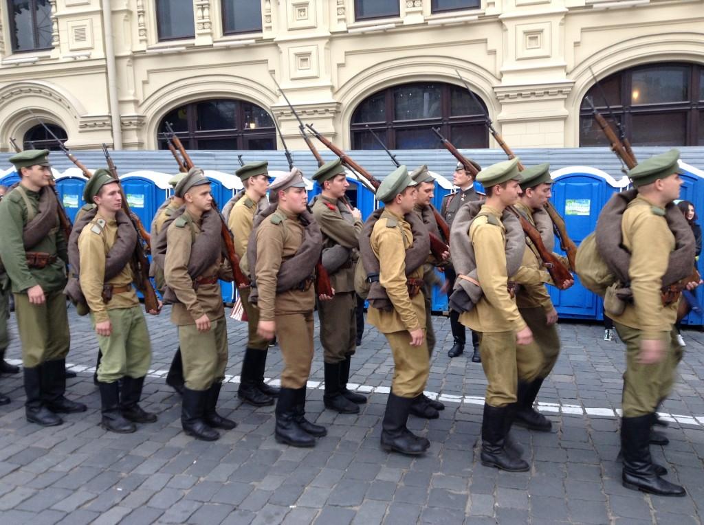 Antreten zum Austreten - Soldaten in historischen Kostümen kurz vor Beginn.