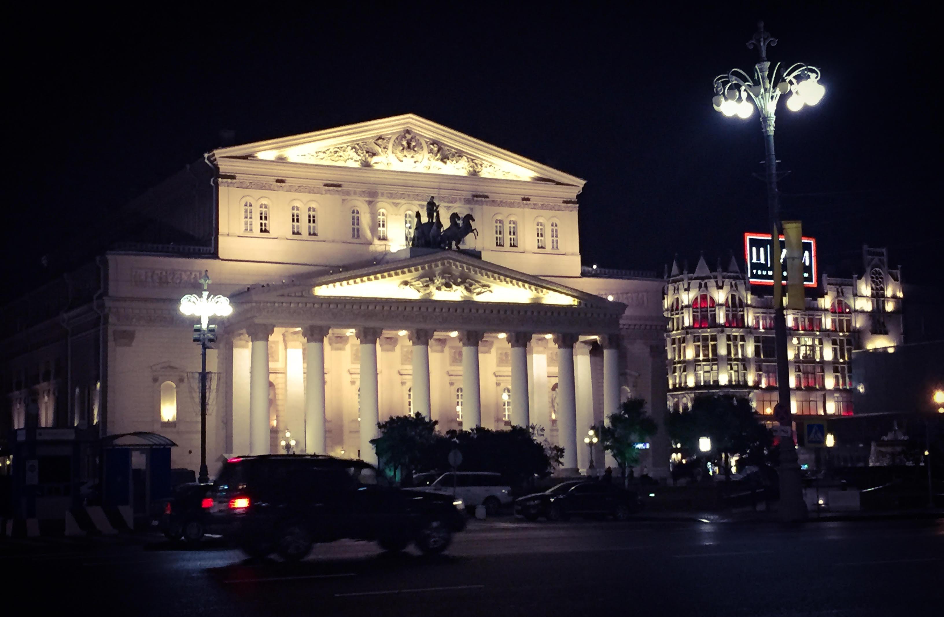 Das Bolschoi bei Nacht, von rechts drängelt sich noch das TSUM ins Bild.