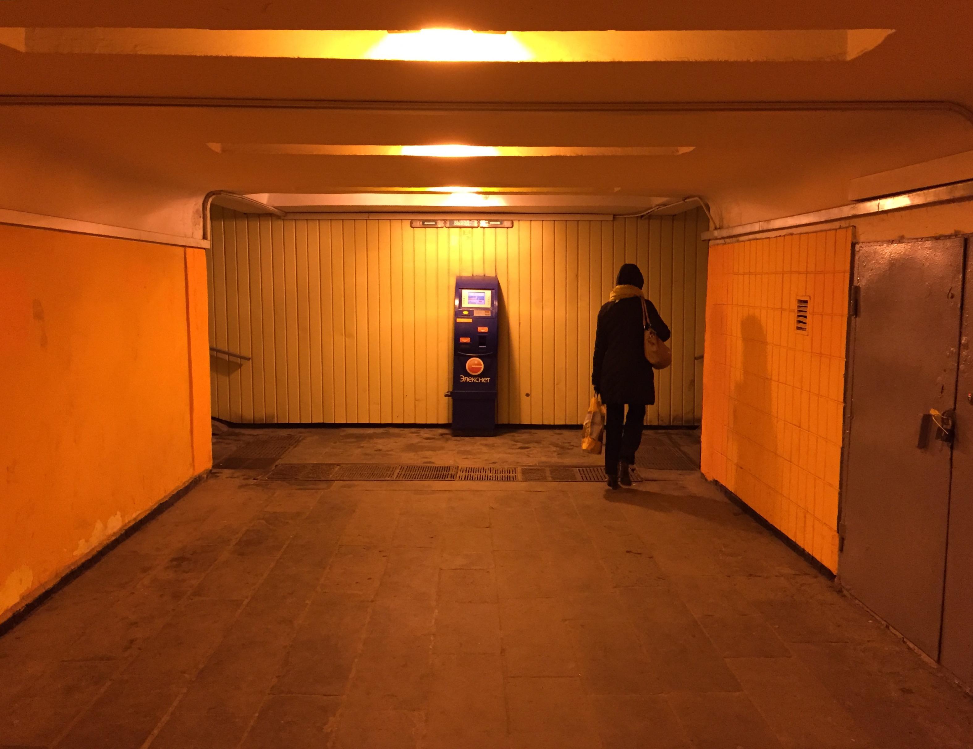 Moskau Unterführung Automat Frau