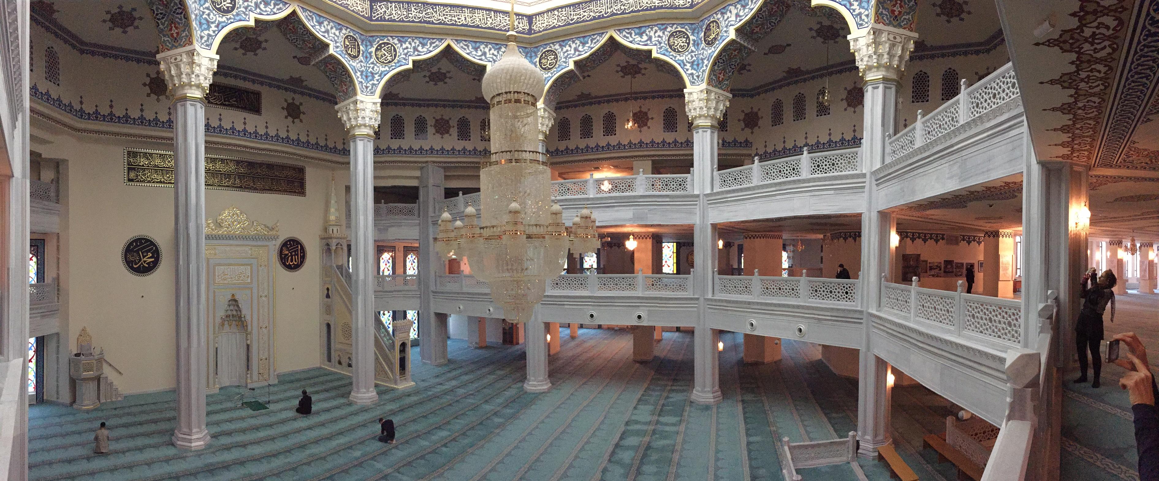 Ein Blick durch den Innenraum der Moschee