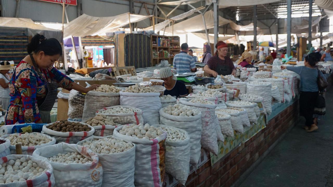 Frauen verkaufen Kurut auf dem Osch-Basar in Bischkek