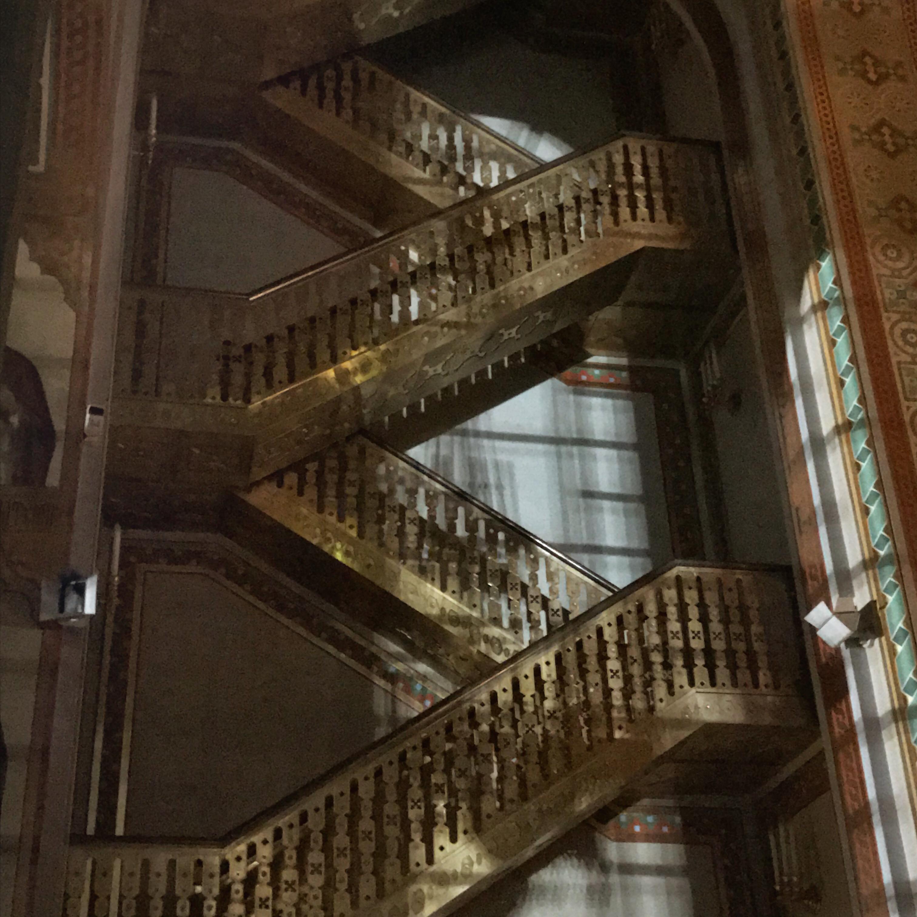 Von draußen fällt Licht auf die Treppenstufen