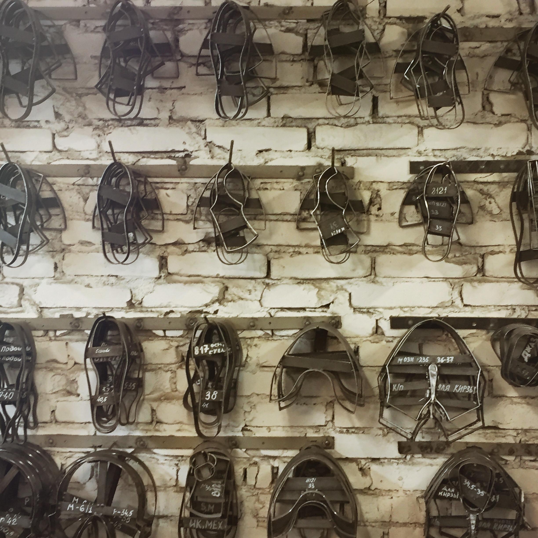 Eine Wand voller Metallschablonen