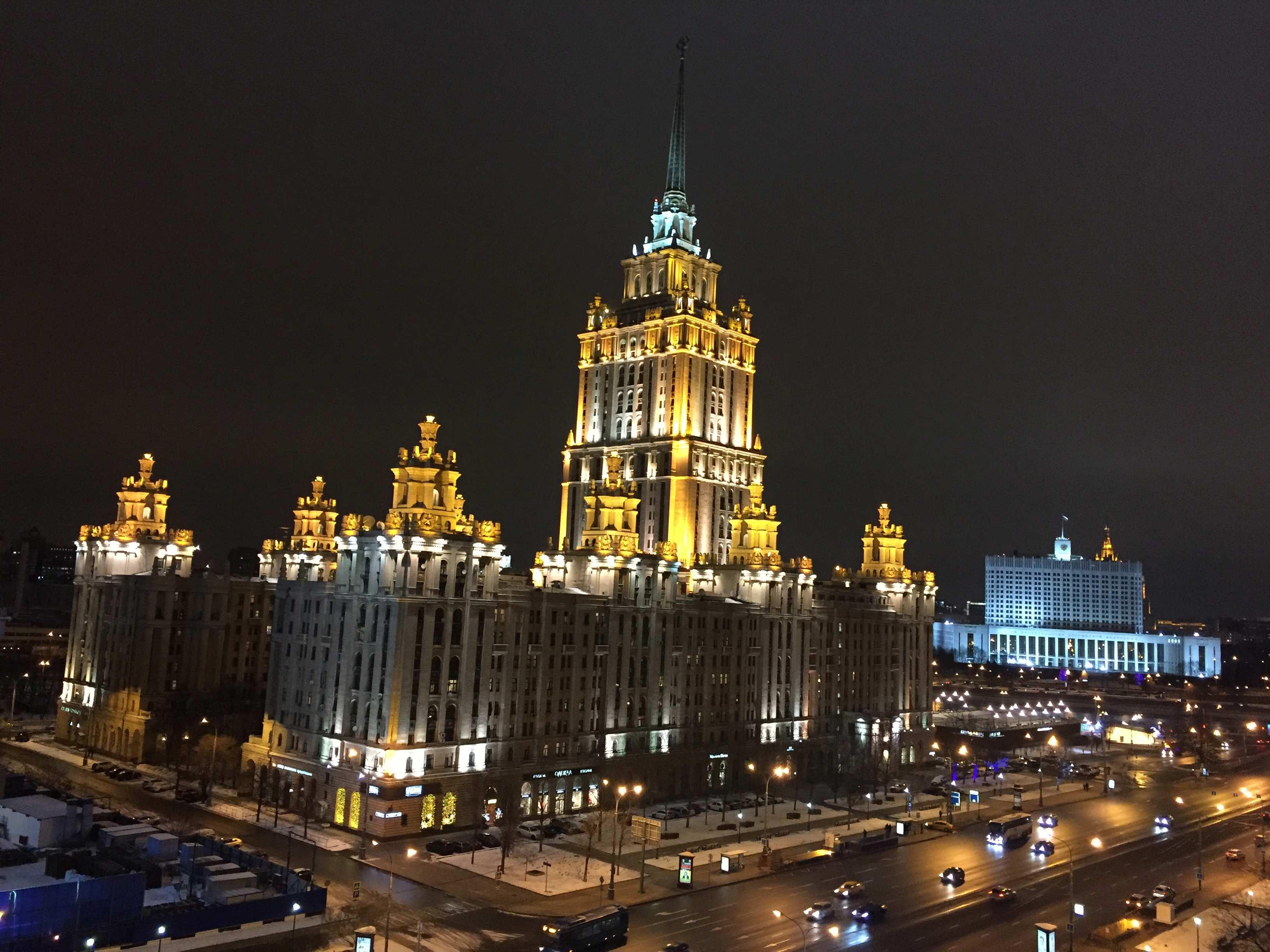 Das Hotel Ukraina, im Hintergrund das Weiße Haus, Sitz der russischen Regierung