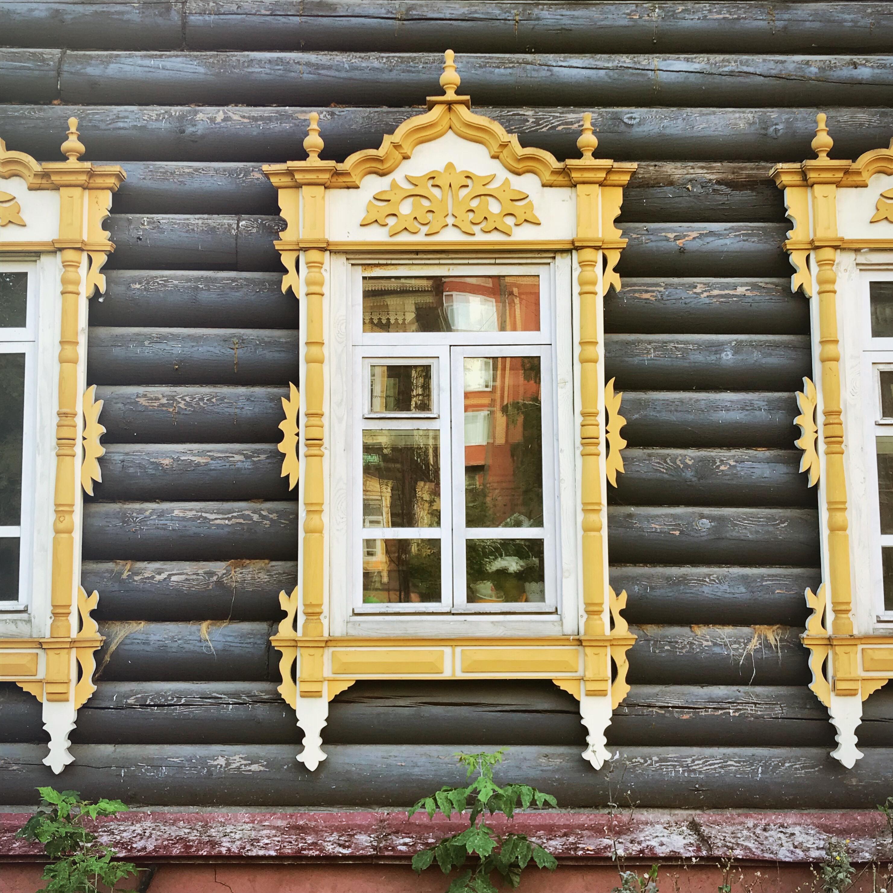 Sibirien Holzhaus Fenster Schwarzgelb